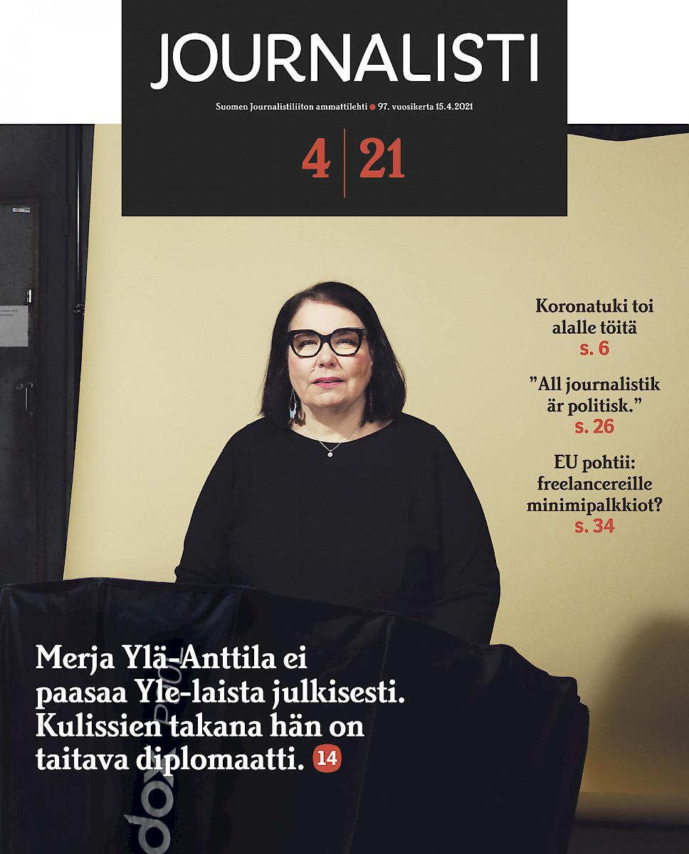 Journalisti 4/2021 kansi. Mustiin pukeutunut Merja Ylä-Anttila katsoo suoraan kohti. Kansiteksti: Merja Ylä-Anttila ei paasaa Yle-laista julkisesti. Kulissien takana hän on taitava diplomaatti.