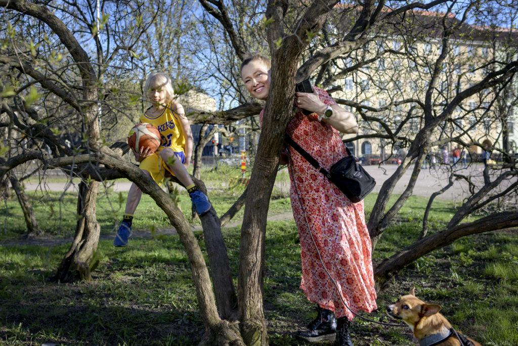 Riikka Räisänen ja lapsi puun katveessa