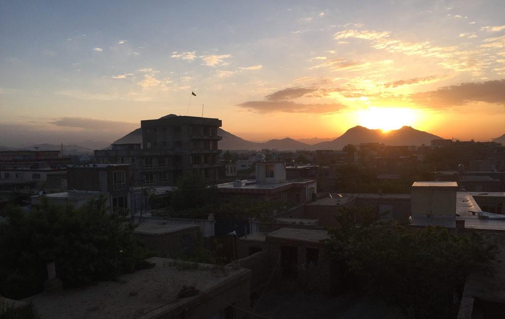 Aamuaurinko nousemassa Kabulissa. Kaupunkimaisema.