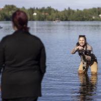 Eeva Valtokari kuvaa Tiia Korhosta vedessä seisten