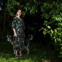 Valokuvaaja Johanna Erjonsalo koiransa kanssa.