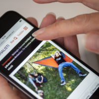 Journalistin verkkosivut älypuhelimen näytöllä
