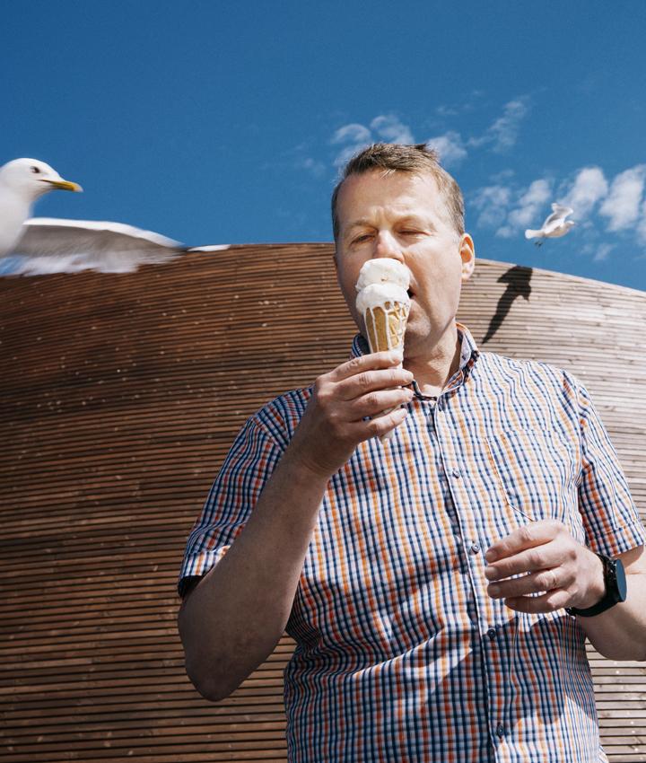 Medialiiton toimitusjohtaja Jukka Holmberg syö jäätelöä Kauppatorilla,